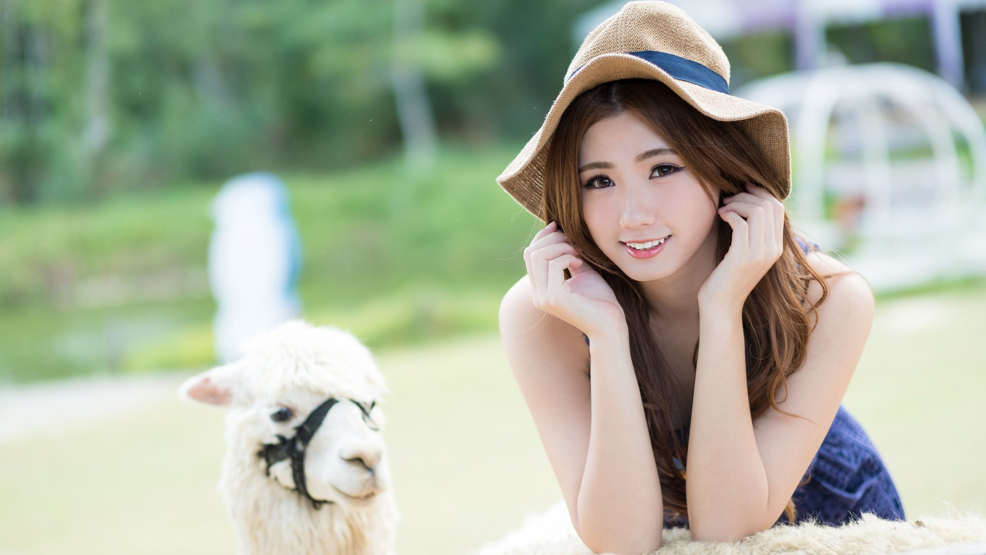 s是幸福的,微笑的,微笑的,在经历了一次大的婚姻改变后,充满了少女的感觉。
