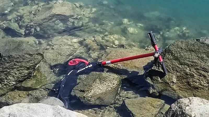 愤怒的美国老铁把共享电动滑板车抛进了大海的照片 - 2
