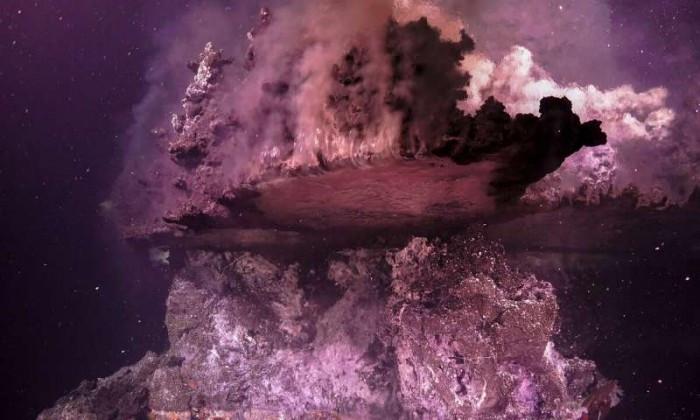"""科学家在海底发现令人着迷的颠倒""""镜池"""""""