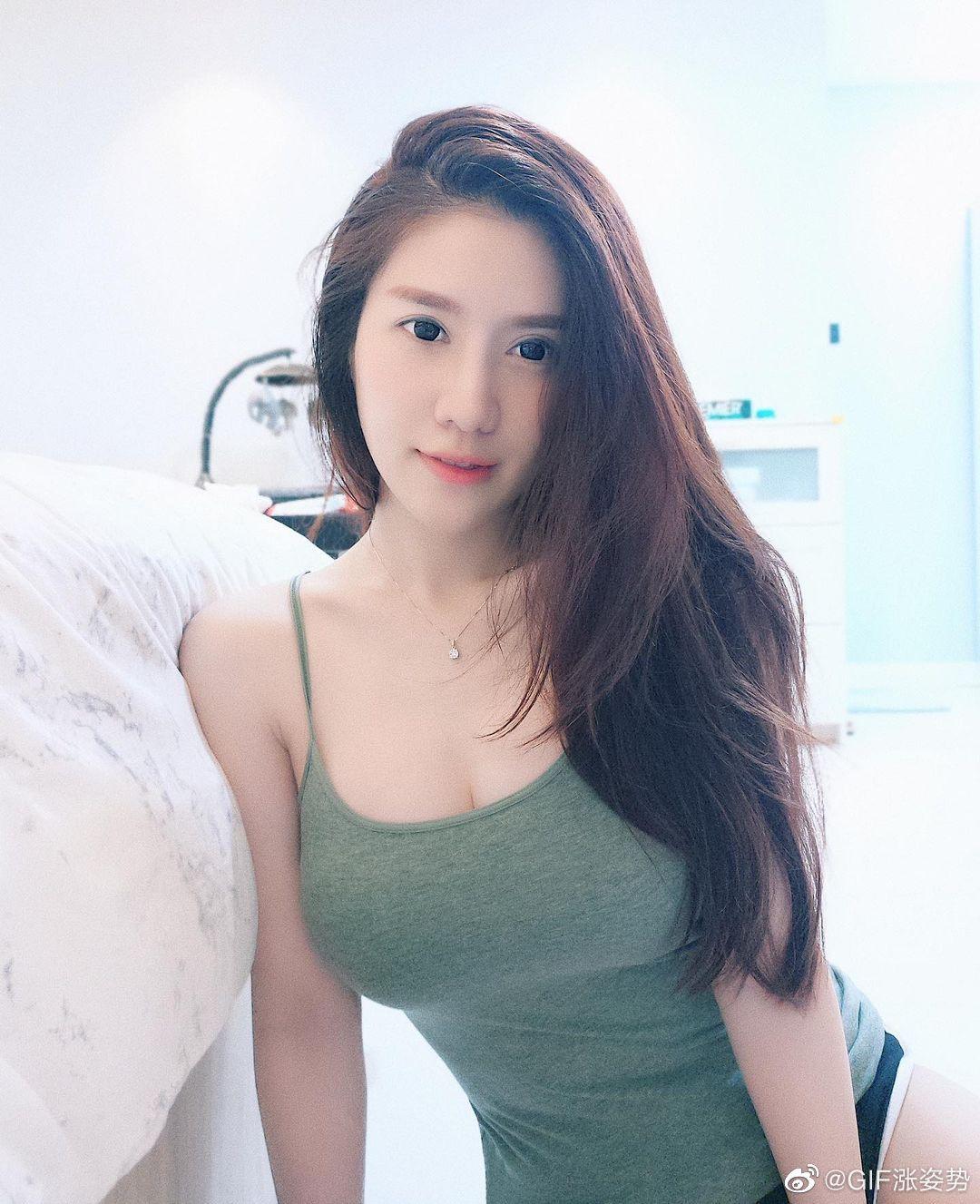 马来西亚空姐Cherry Quah变身超性感辣妈 喂奶视频都放上ins