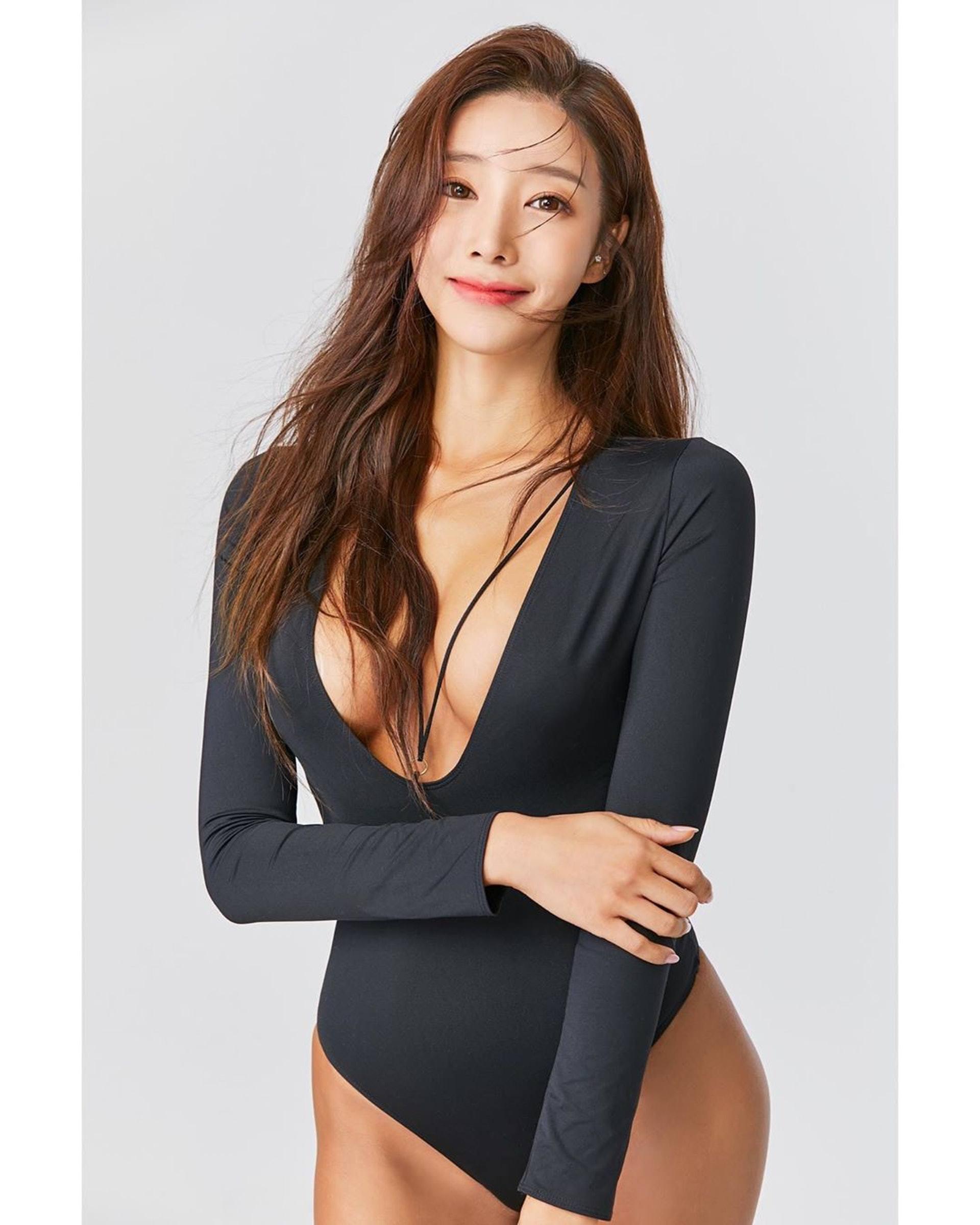 韩国健美小姐吴彩源半裸拍杂志,大晒蚂蚁腰展现健康性感美插图(4)