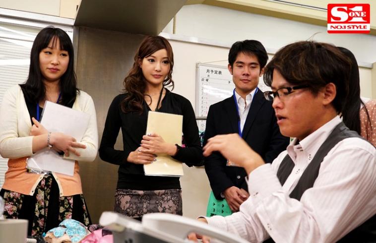 SNIS-381明日花キララ:临危受命的普通员工变身最美内衣模特 作品推荐 第4张