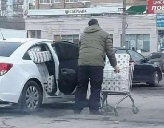 超市大降價,宅男趕緊屯點日用品