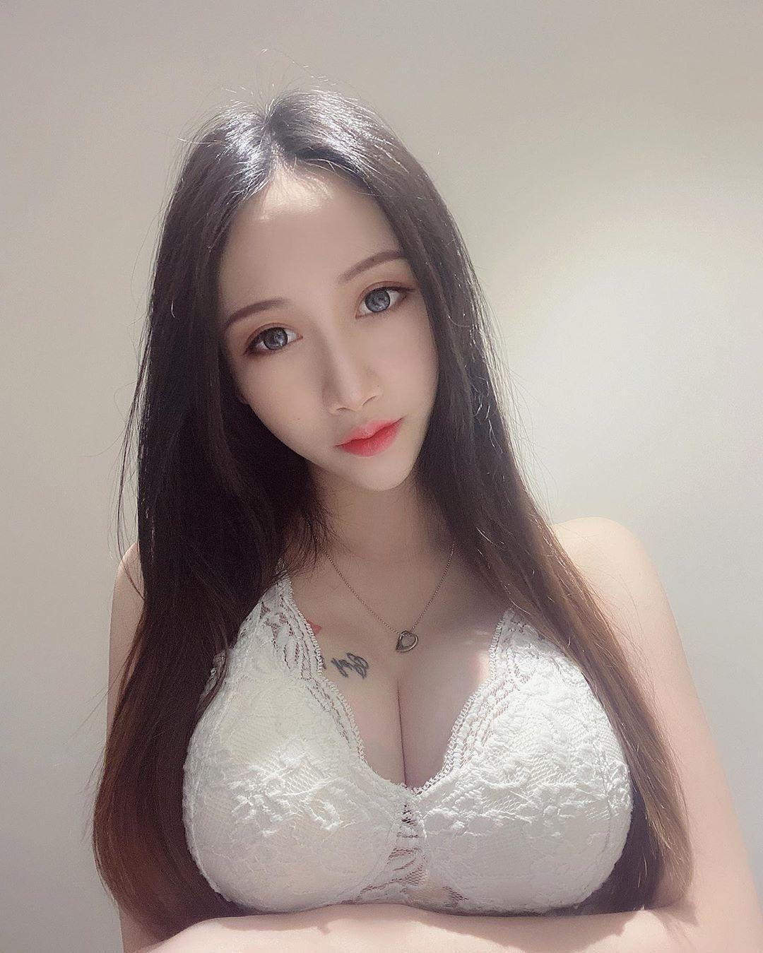 大胸妹子圆圆更衣室内白色蕾丝睡衣狂摆性感嫩体 养眼图片 第6张