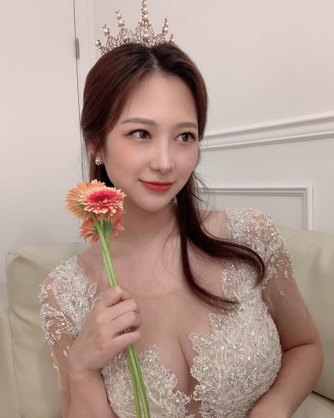 韩国漂亮小姐姐ssom2ing婚纱礼服下火辣身材