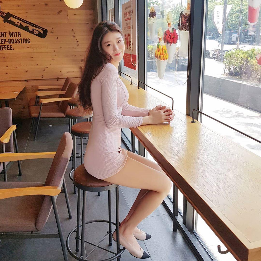 九头身美女晒出白皙美腿视角 用餐画面很养眼 妹子图 热图2