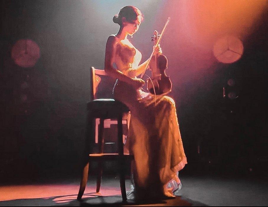 长腿正妹小提琴手「Honey」,清秀甜美神似朴敏英,火辣身材裸背演出也不怕!-新图包