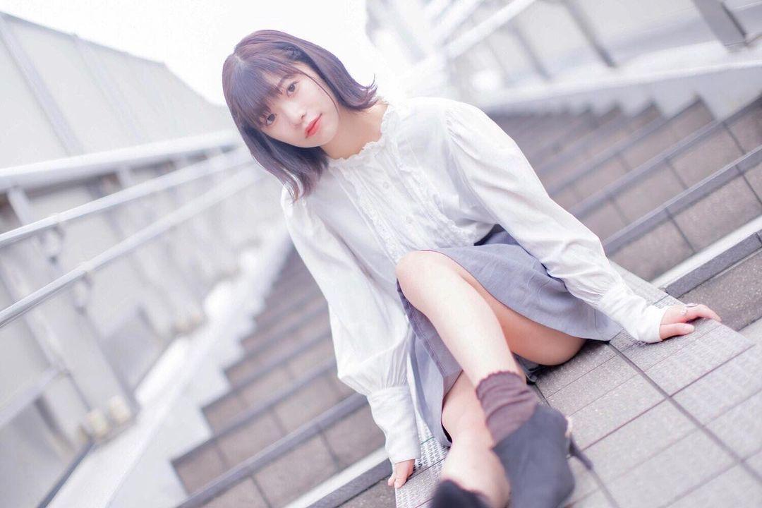 短发小清新学生妹「春宫ほのか」全身散发迷人气质制服裙下「白皙美腿」让人瞬间恋爱-新图包