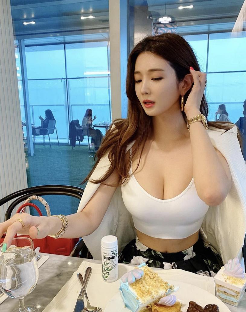 韩国网红美女manyo_yoojin IG展现傲人身材福利
