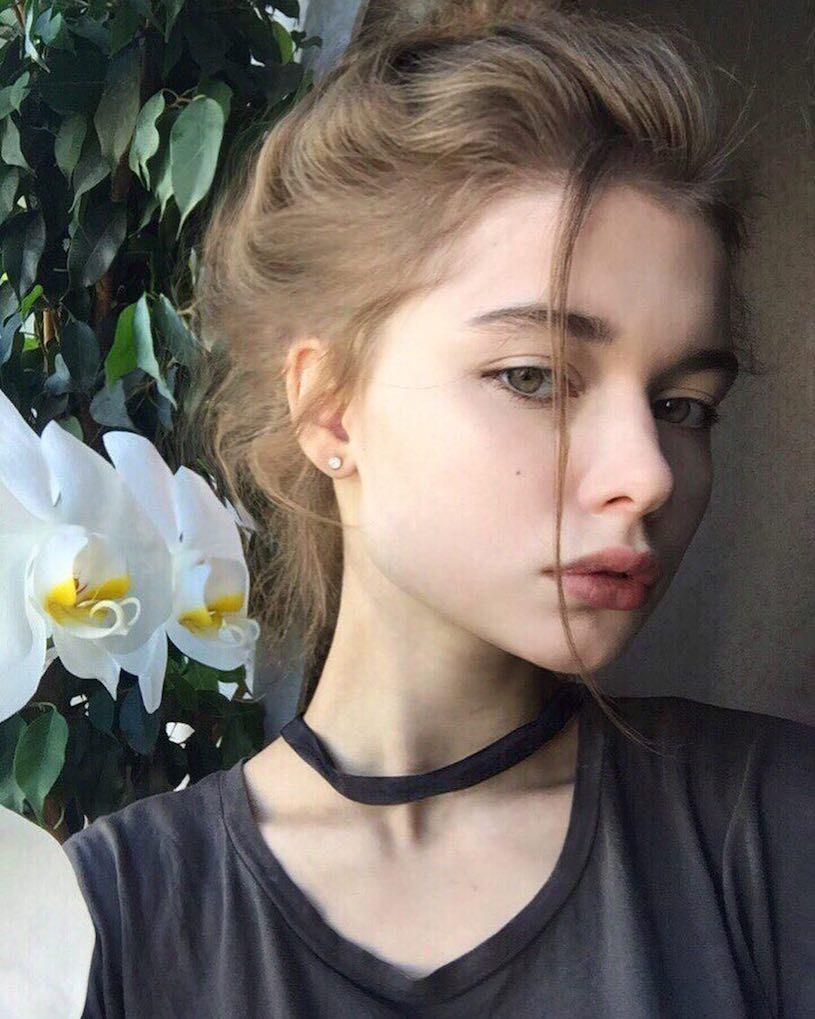 精灵系18岁女孩高领衣凸显性感曲线,侧脸廓深叫人迷恋. 养眼图片 第2张
