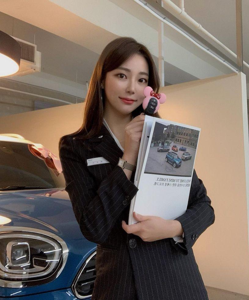 MiniCooper美女女业务九头身好比例让人想立刻买车 养眼图片 第6张