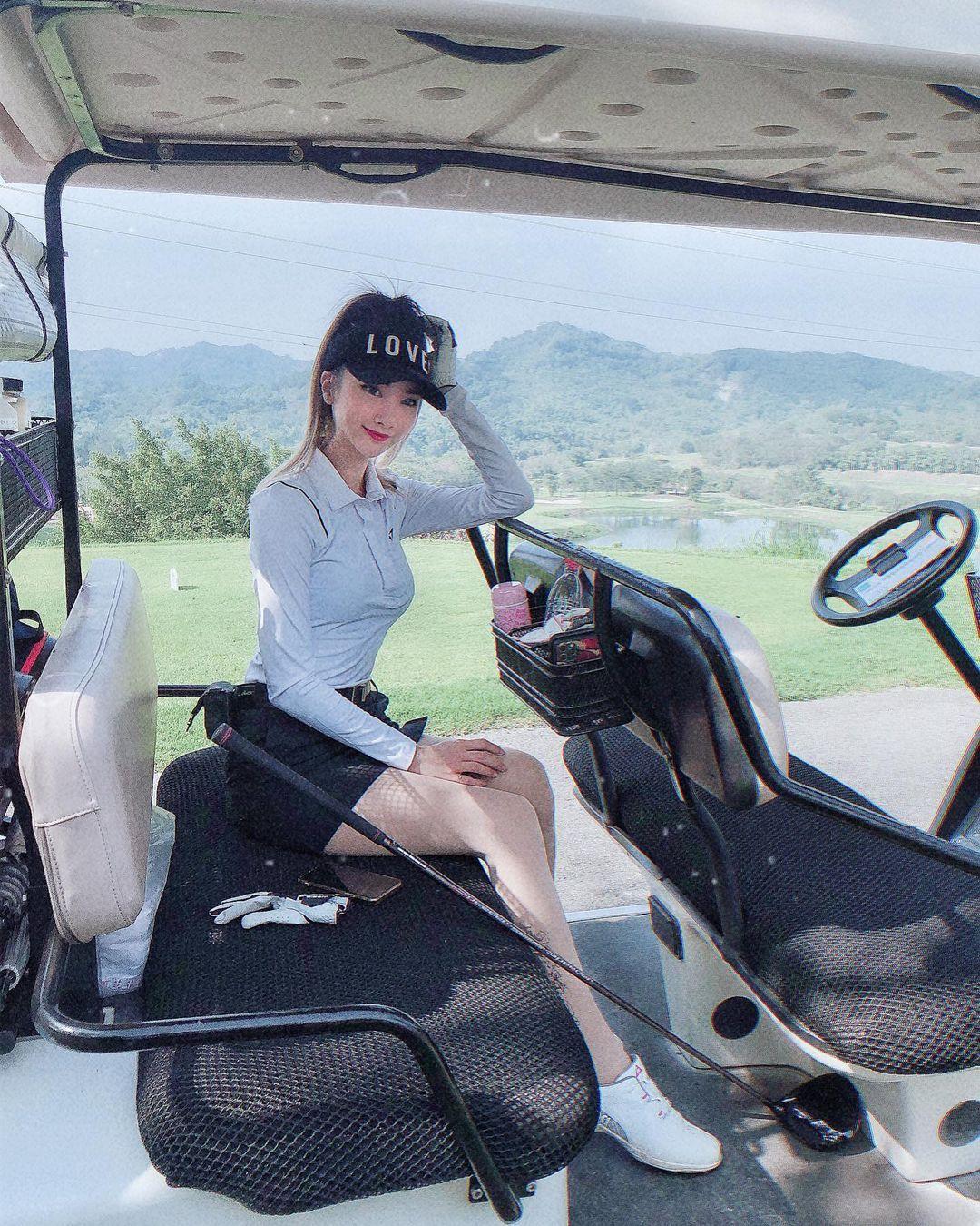 高尔夫球车惊见「白嫩美腿妹」!迷你短裙藏不住辣腿,窈窕曲线谁受得了!插图(1)