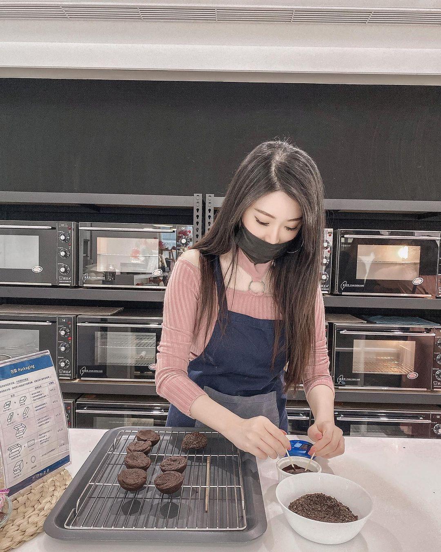 烘焙课出现长发大眼正妹认真烤饼干,不只小露香肩饱满欧派藏在围裙里 养眼图片 第4张