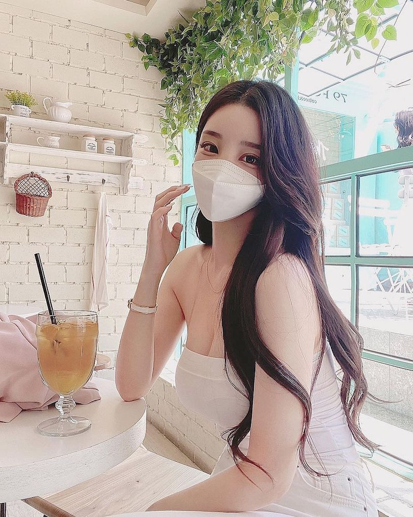 长发正妹bhabieso穿平口装喝咖啡太辣,白皙的丰满曲线辣晕客人!-新图包