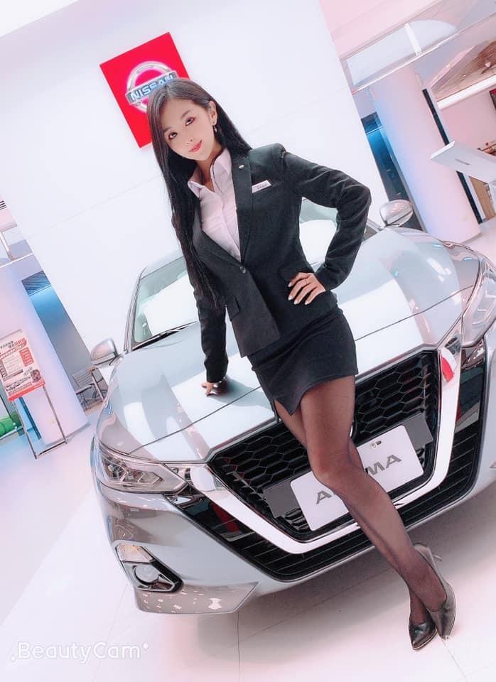 香车就要配美人 Nissan 美女业务芳芳大露黑丝美腿 网络美女 第8张