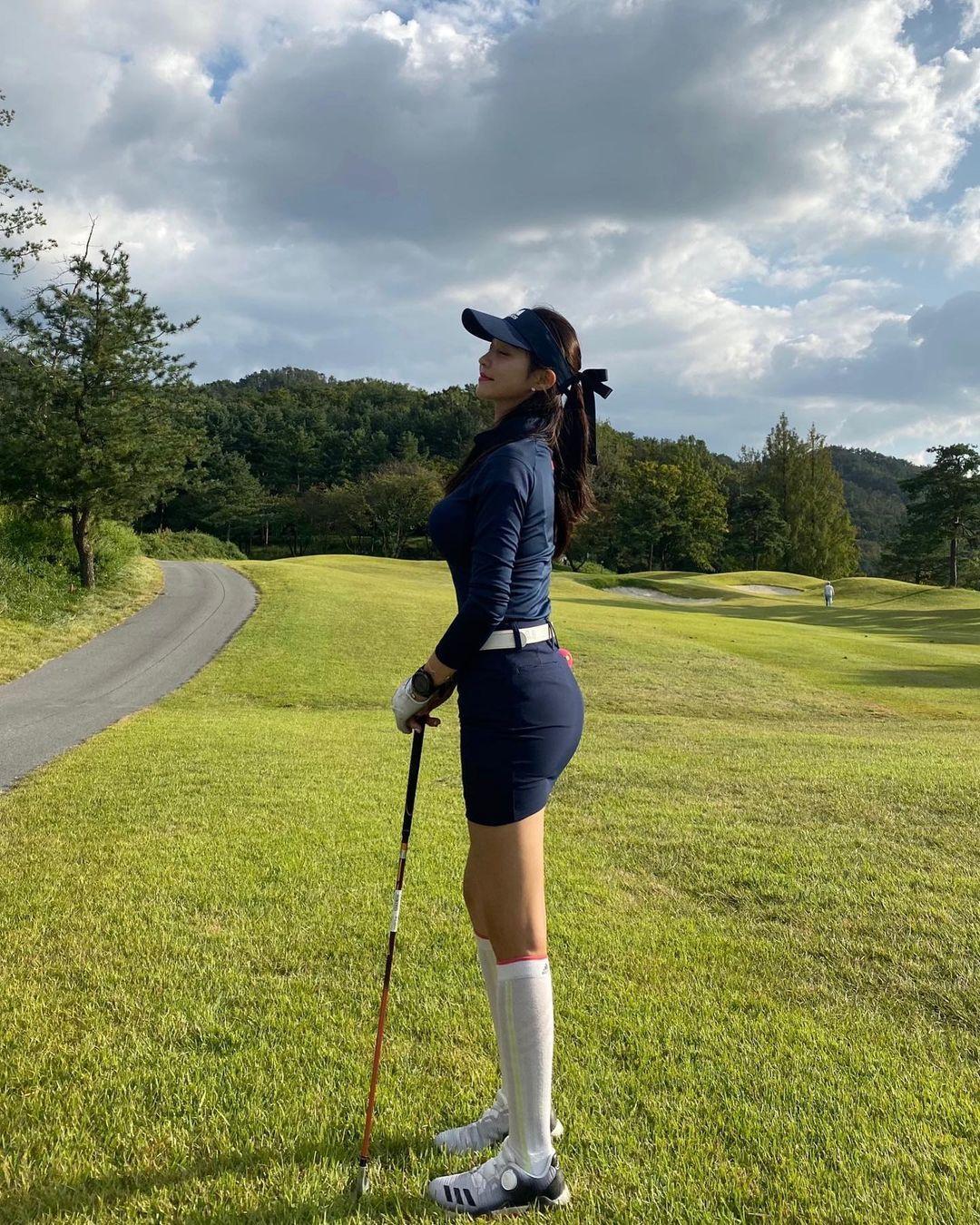 韩国美女主播「尹浩延」爱打高尔夫.球衣衬托超吸睛 养眼图片 第11张