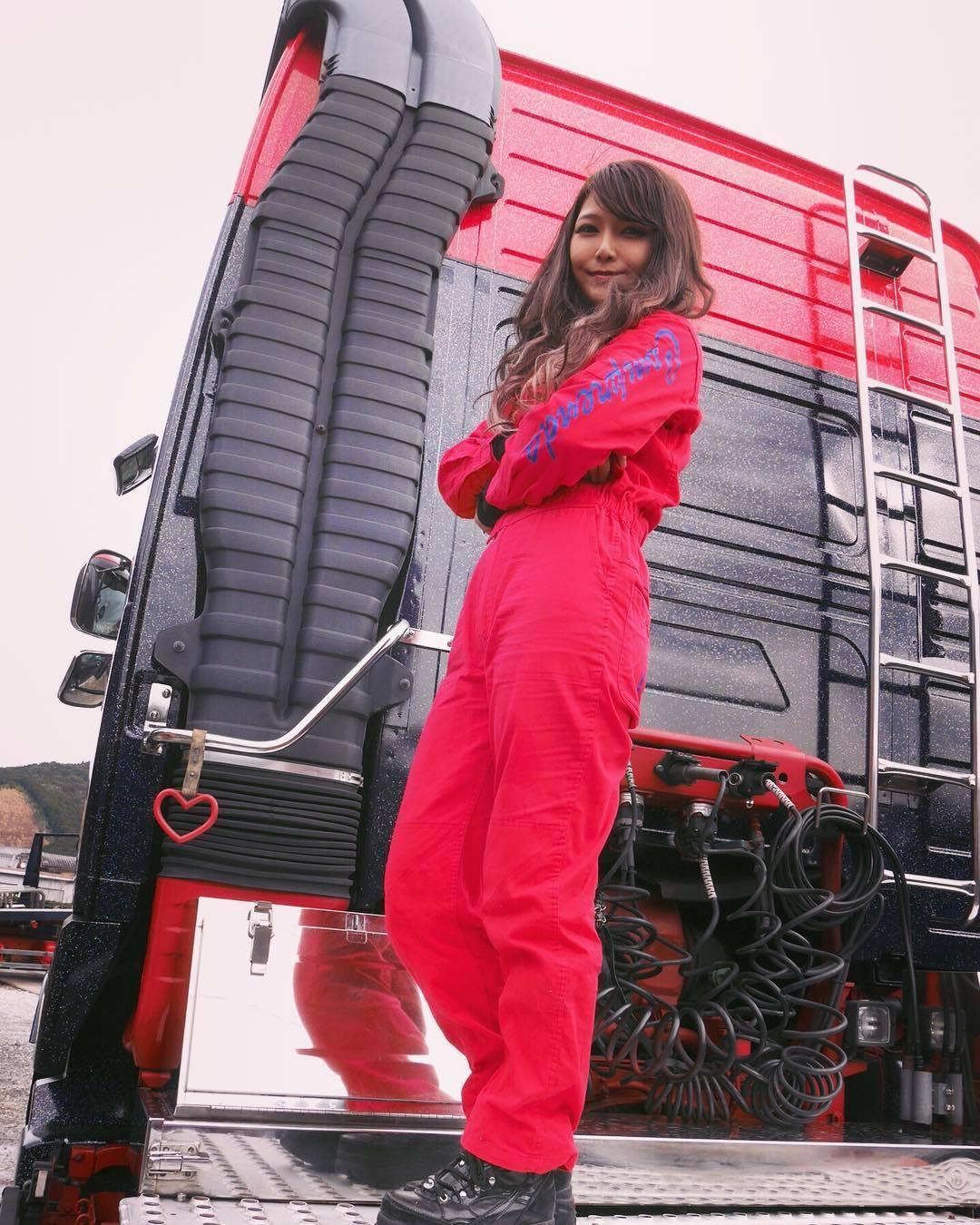 有够凶.「美女卡车司机」跑车小蛮腰身段太性感 养眼图片 第8张