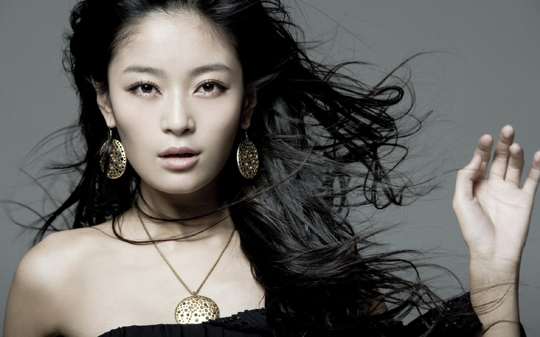 王媛可黄色低胸短袖手持菊花动人写真