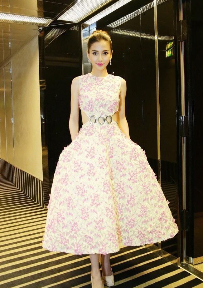 Angelababy桃红花白色长裙亮相红毯优雅写真