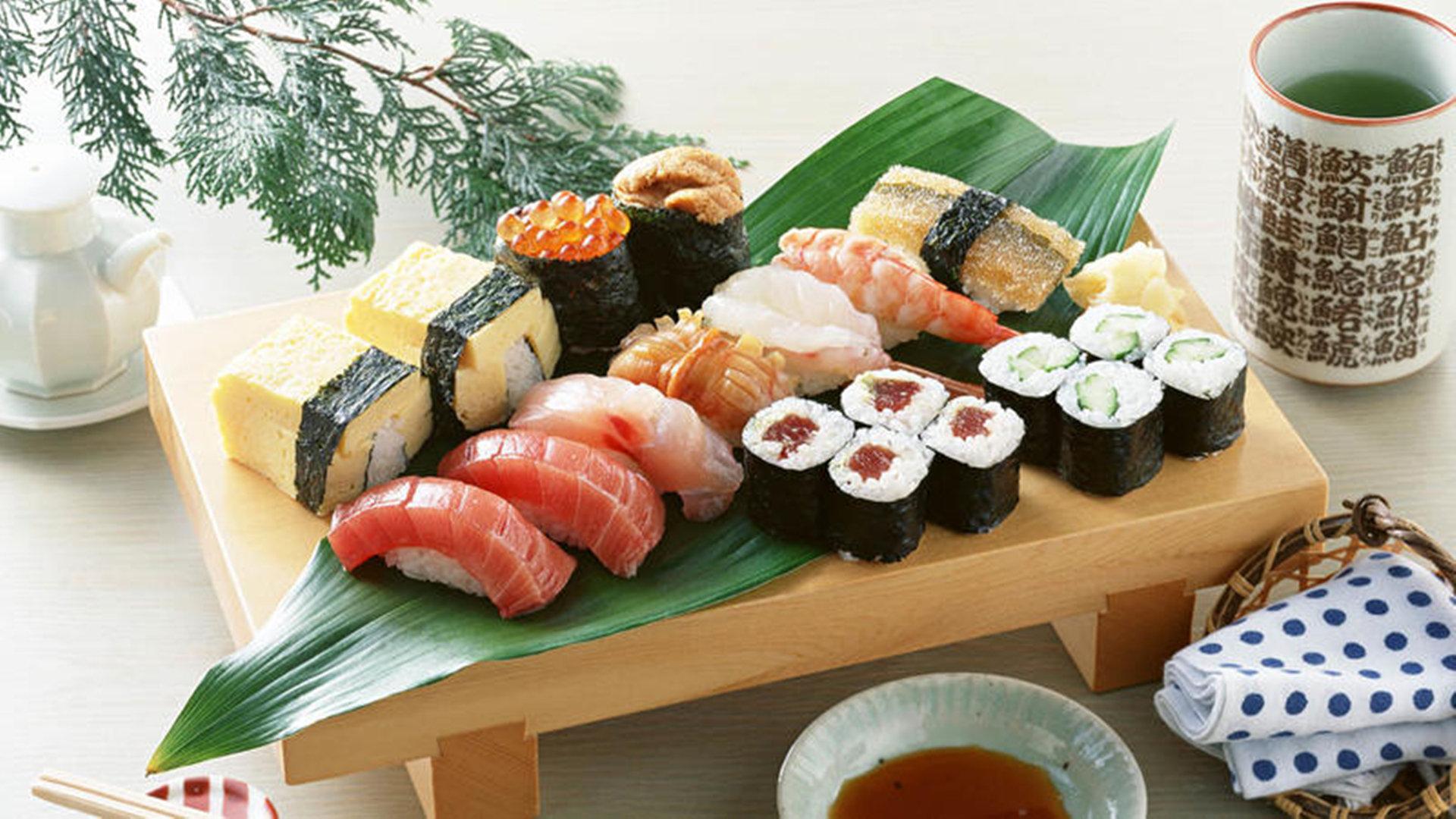 鲜红纹路的三文鱼寿司诱人图片