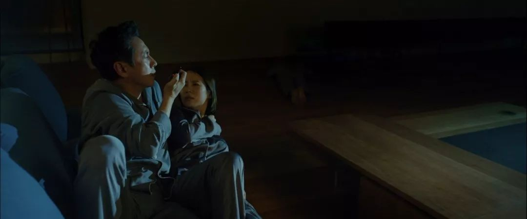 韩国电影《寄生虫》谎言说多了便会迷失自己,且会因此而失去原本就岌岌可危的尊严 (17)