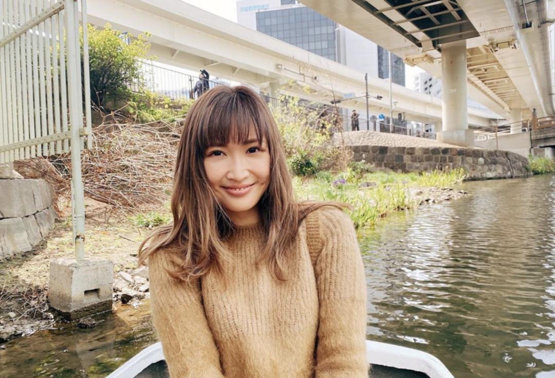 事业经营不错的纱荣子和小自己17岁的疑似男友交往 (8)