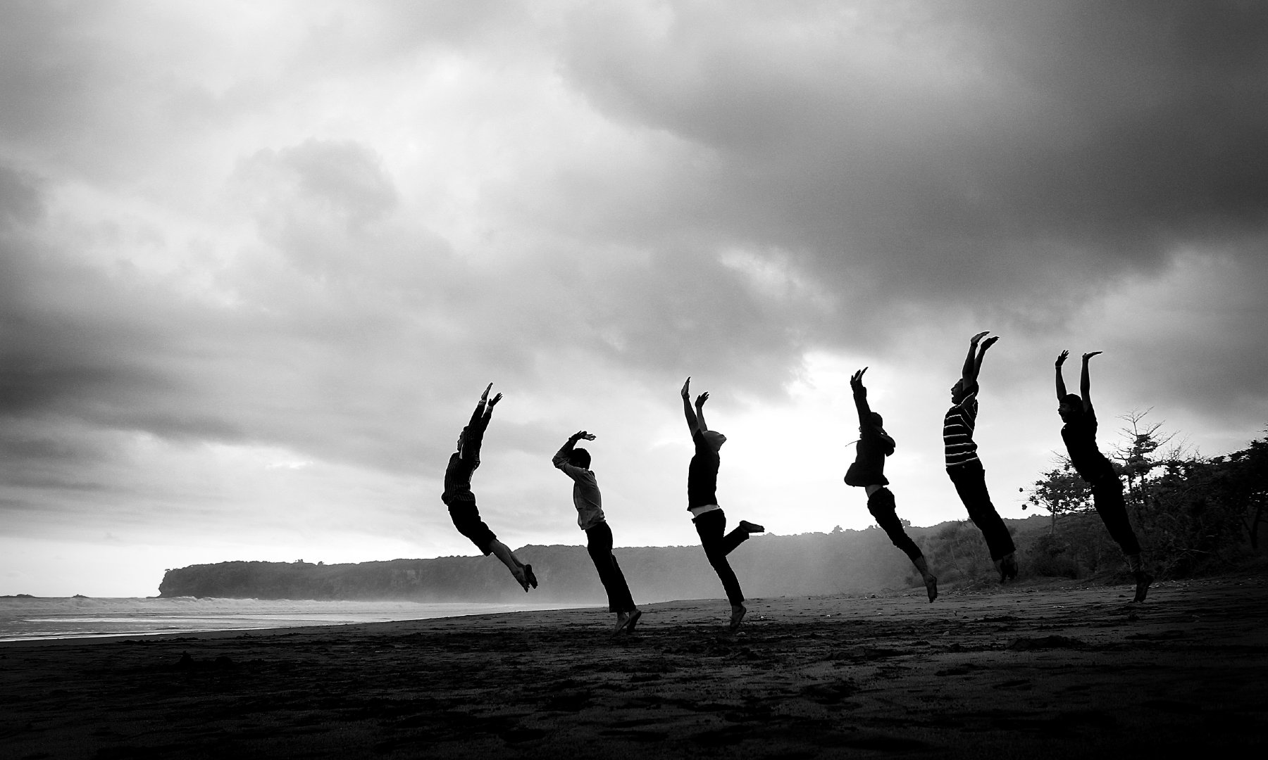 一群人跳跃黑白人体艺术摄影