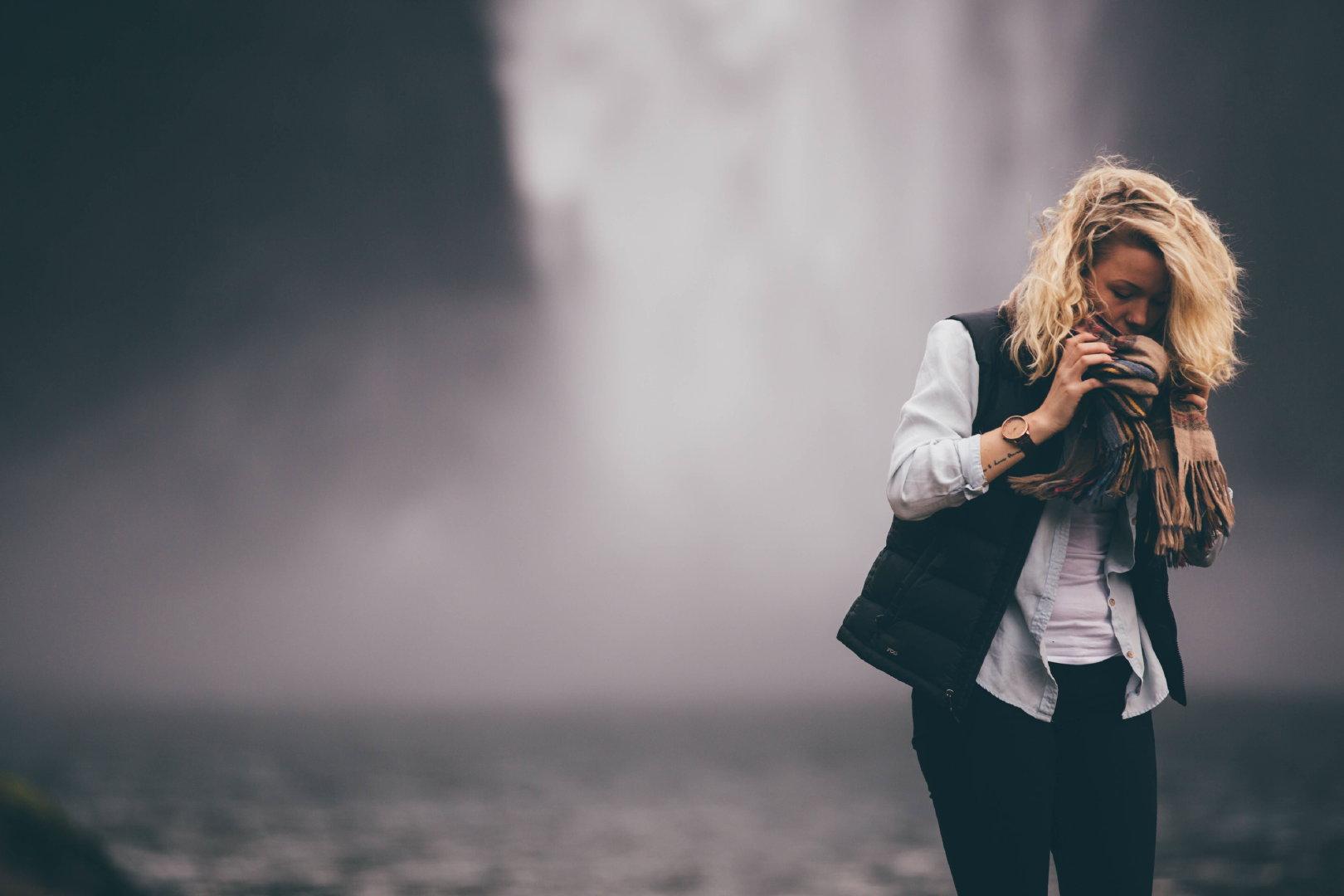瀑布前美女人体艺术摄影