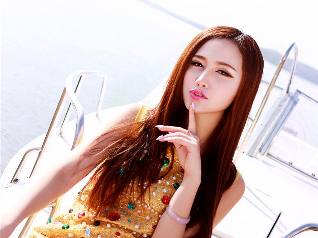 黄色短裙美女2K超高清写真壁纸