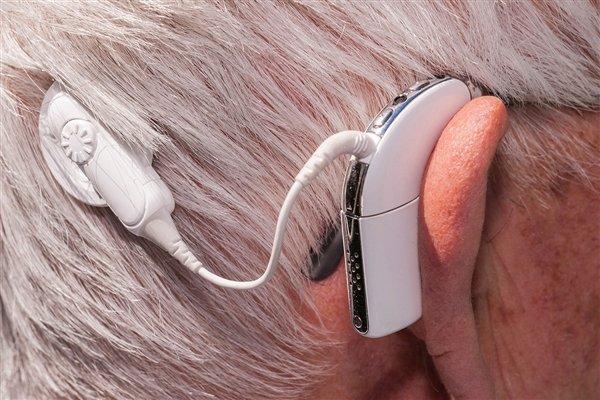 新型植入装置利用激光。。。。。向耳朵发射声音