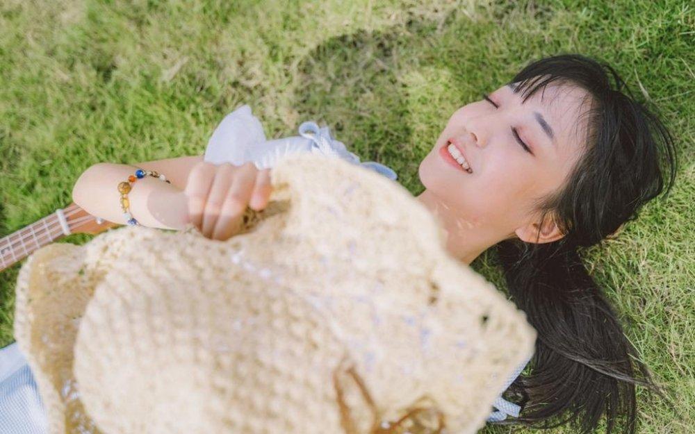 文艺小清新氧气美女室外写生画手清纯自然写真图片