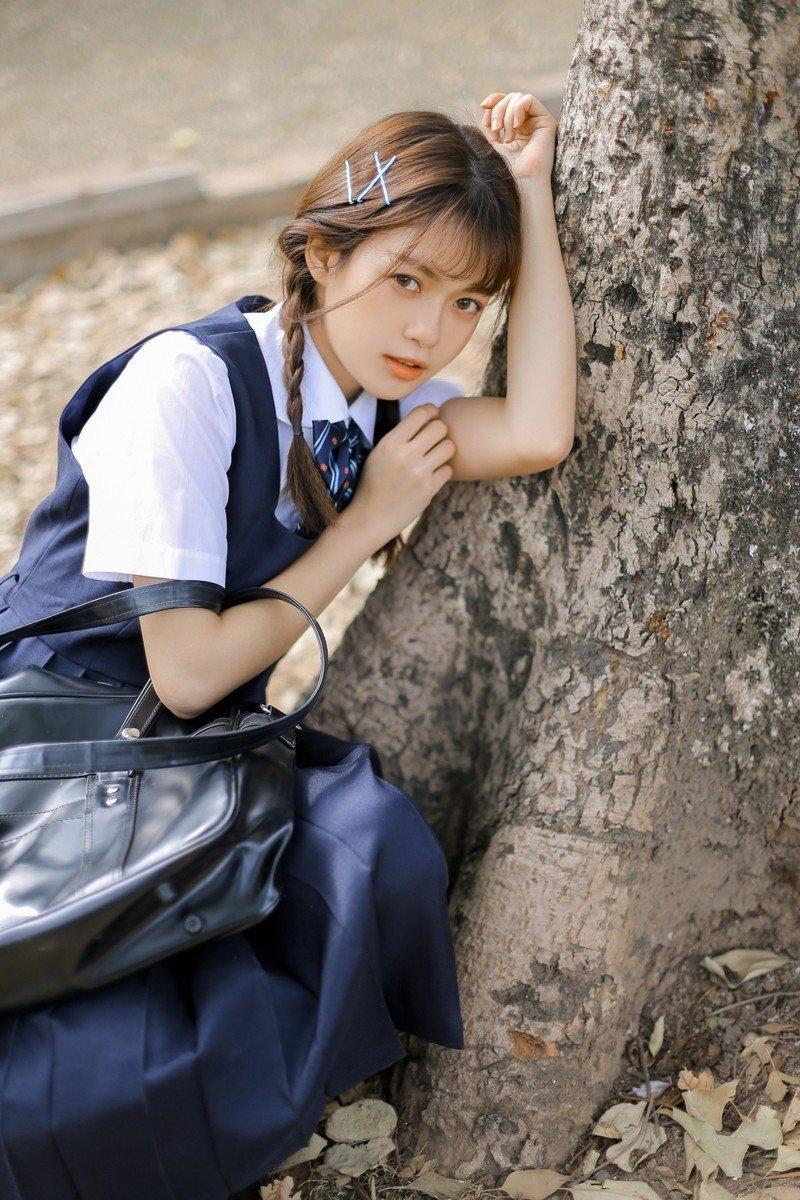 麻花辫美女学姐清纯氧气校园制服户外清纯写真