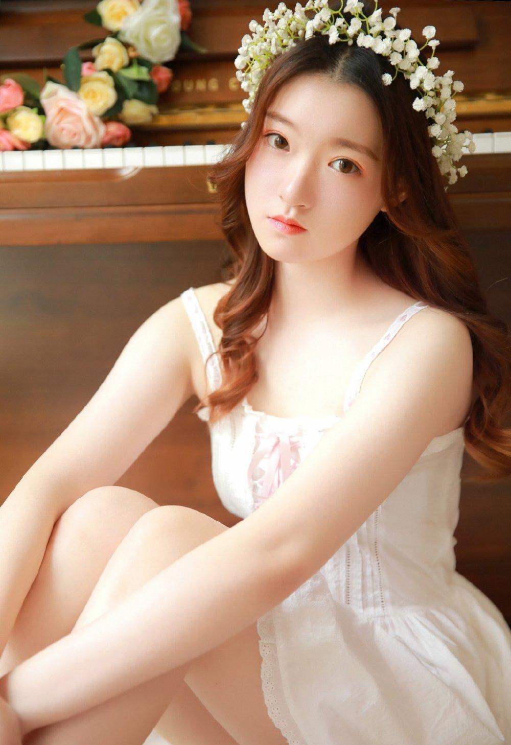森林气质美女蕾丝婚纱长裙清纯养眼空灵写真图片