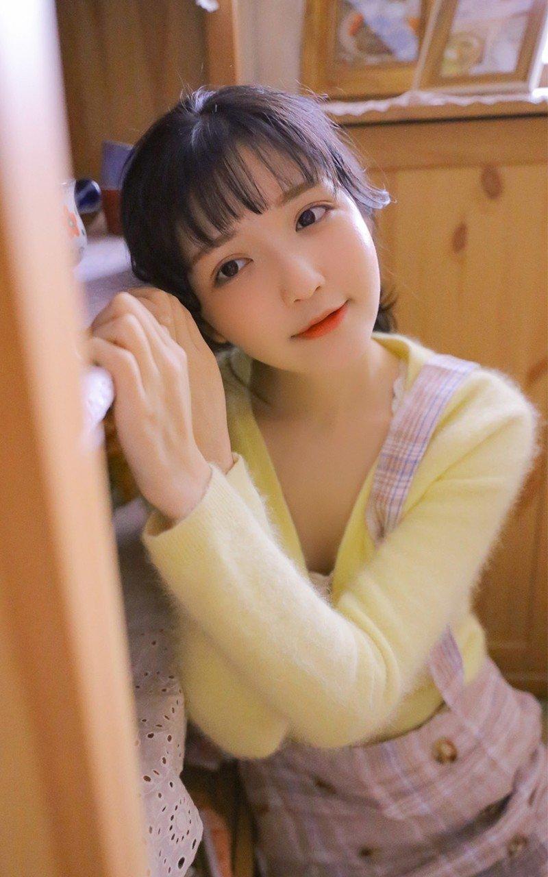 清纯可爱白嫩少女小清新私房撩人抚媚动作写真