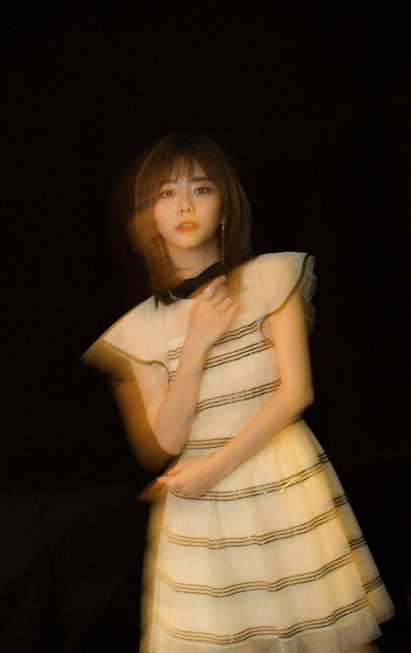 90后甜美清纯短发少女谭松韵时尚写真图片