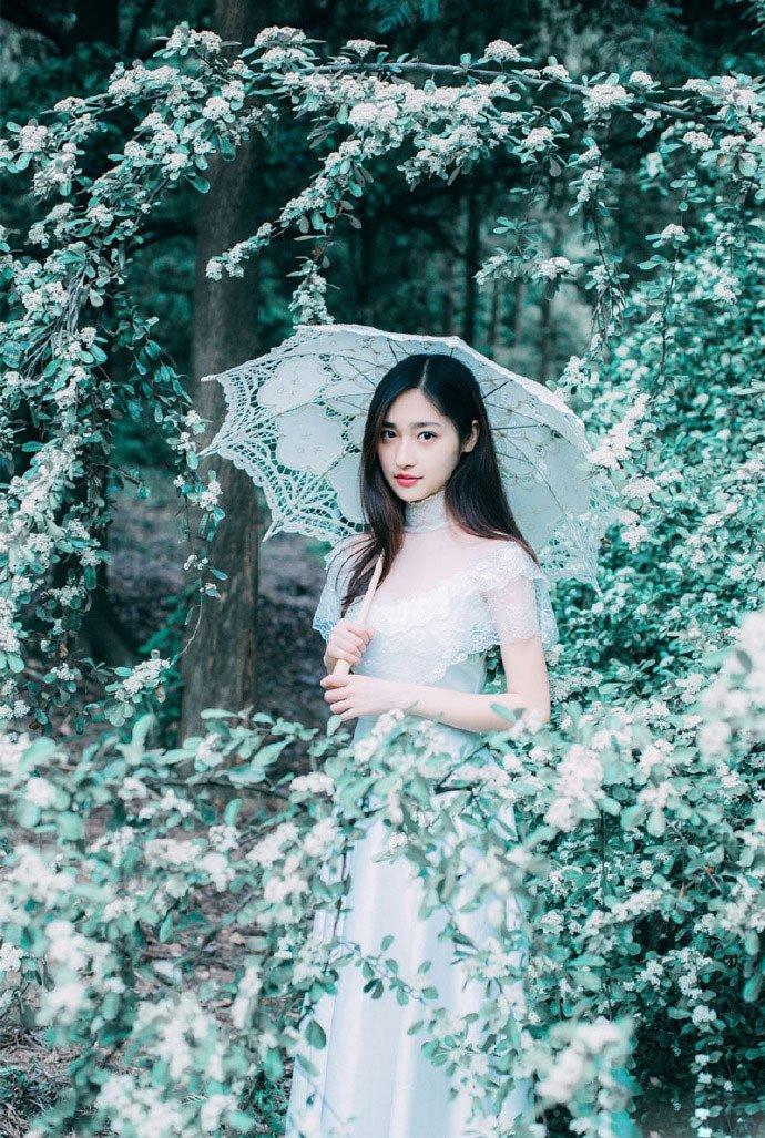 冰美人气质清纯女神花丛空灵梦幻写真图片