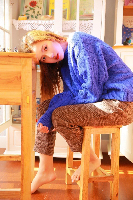 童颜眼镜少女文艺下棋小清新写真图片