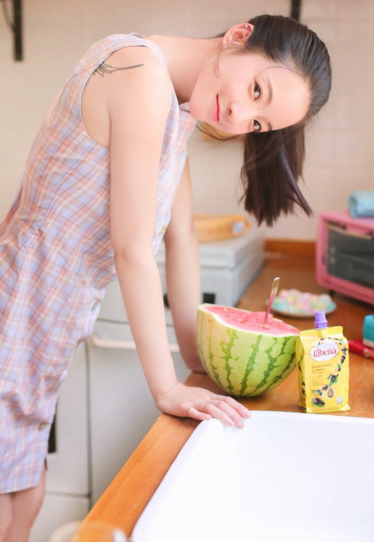 清纯邻家甜美女孩室内吃西瓜粉嫩写真