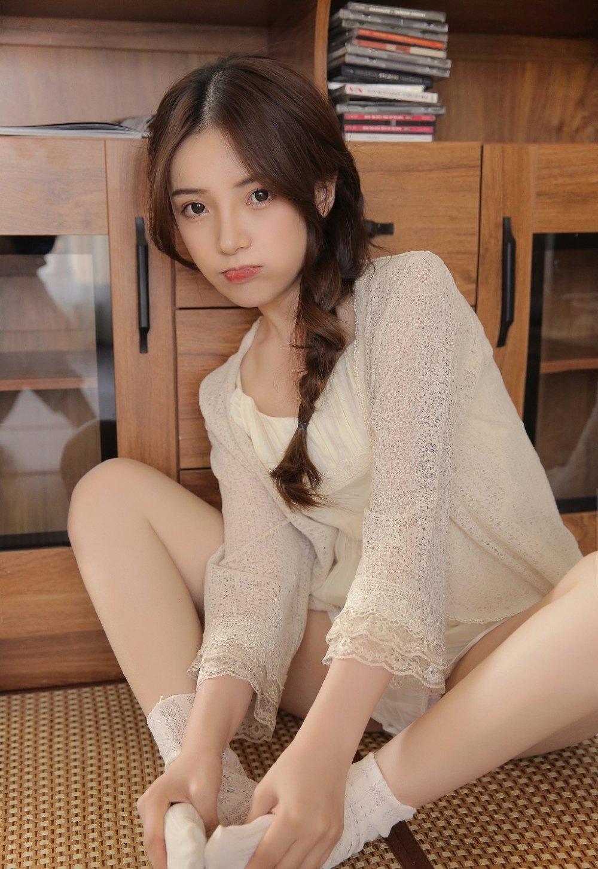 白嫩麻花辫萝莉可爱软妹美腿写真