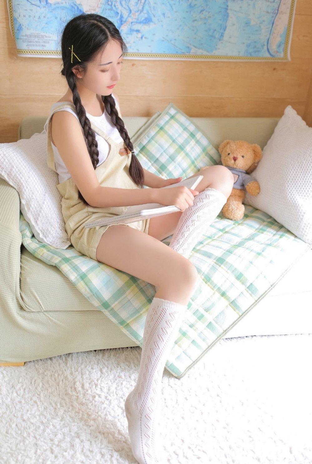 麻花辫少女私房美腿氧气甜美女孩写真