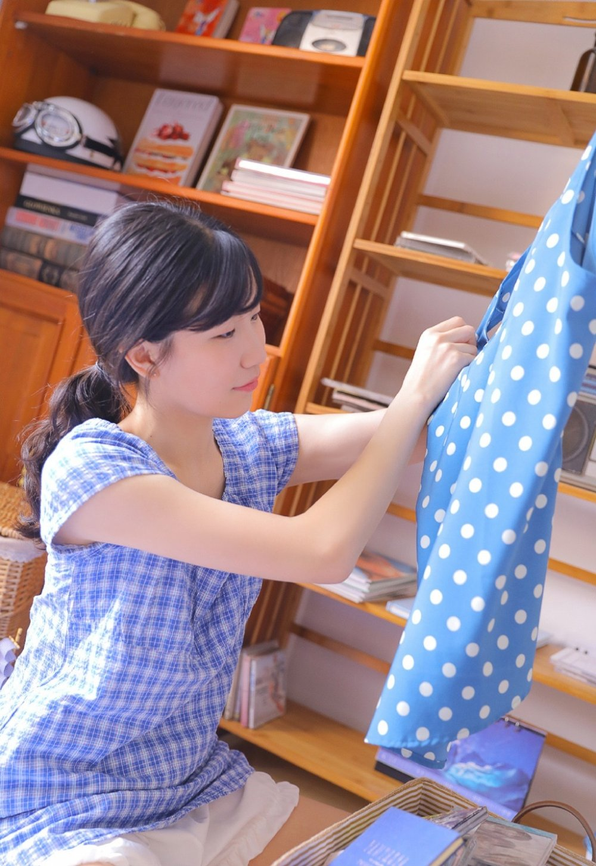 小清新素人枕头大战吊带格裙氧气女孩写真