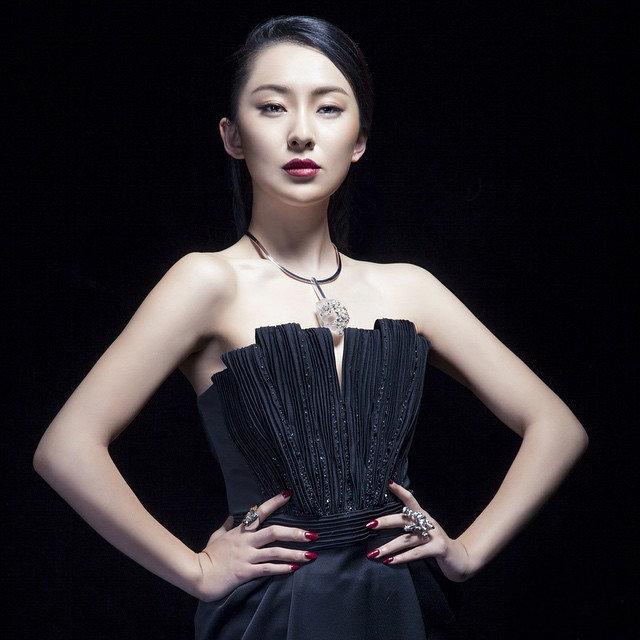 女星吉丽黑色长裙优雅写照