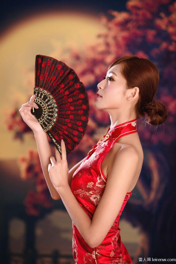 紅色旗袍配你嗎?