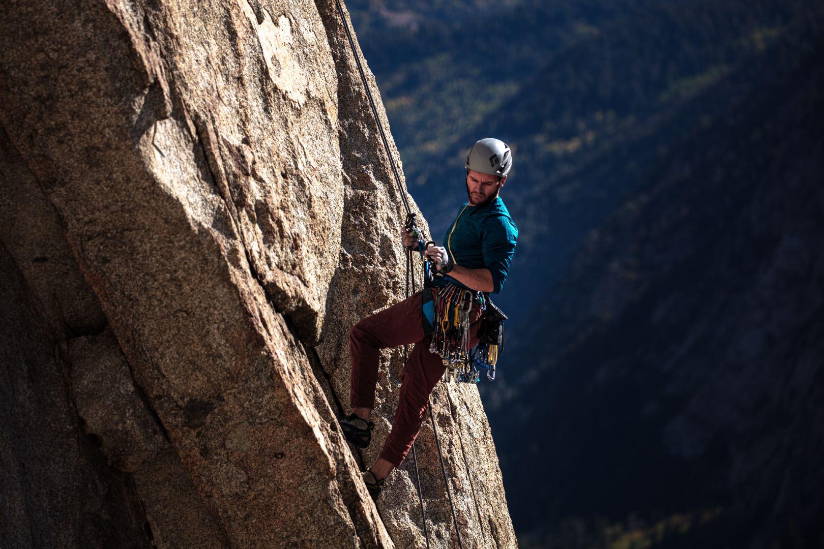 正在悬崖峭壁上攀登的运动员特写图片