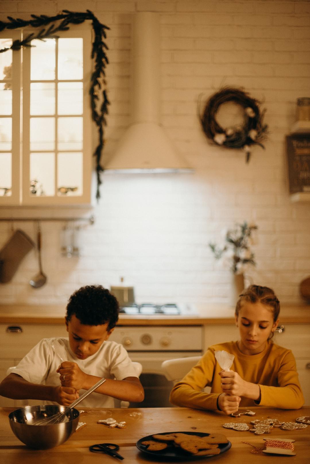 家庭厨房中做着烘焙的可爱孩子高清摄影图