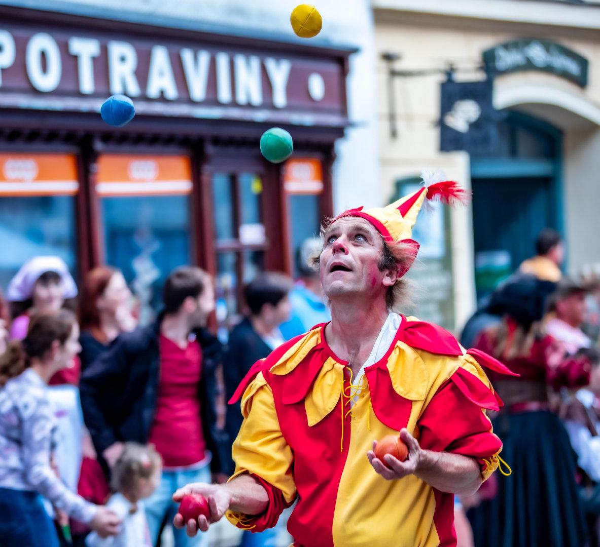 各个街道中办成小丑的人物高清摄影图
