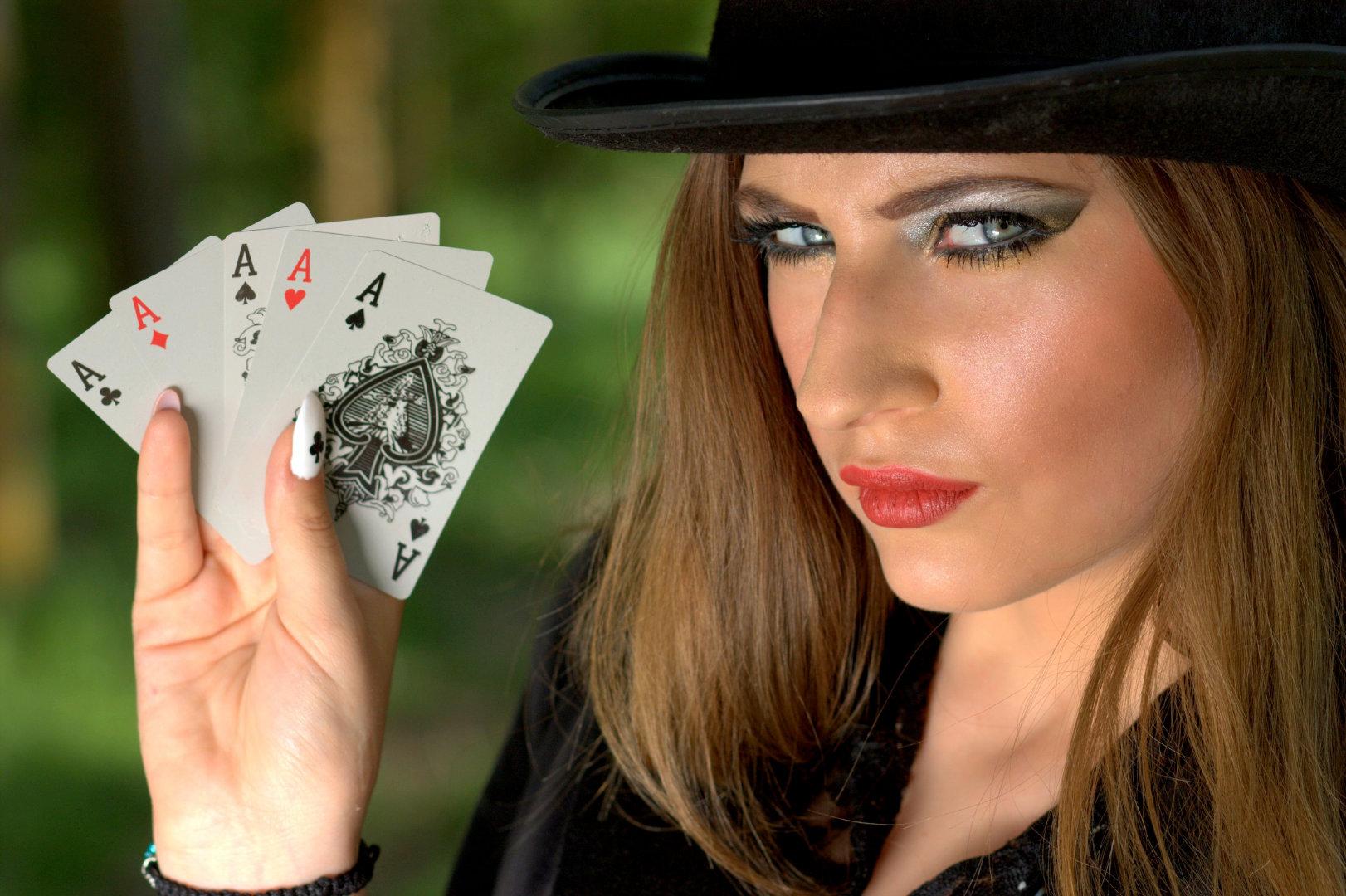 戴着黑色魔术帽的扑克牌女魔术师写真