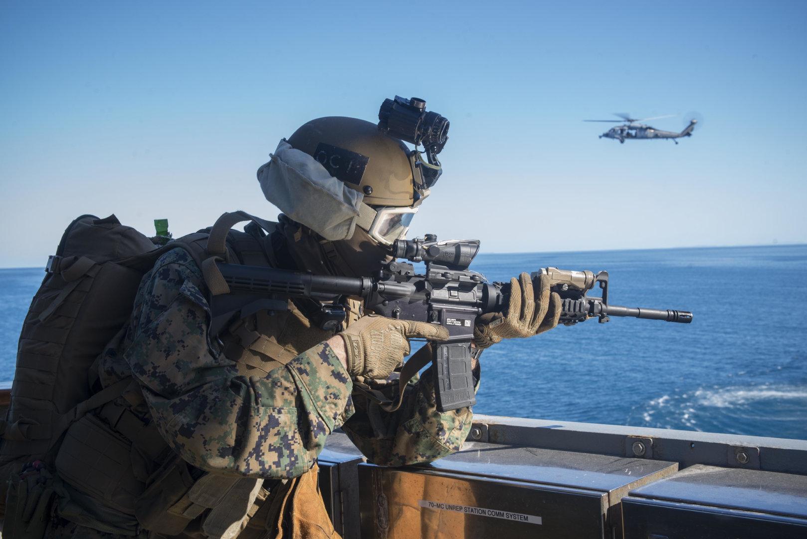 军事演习中拿着枪的士兵高清摄影图