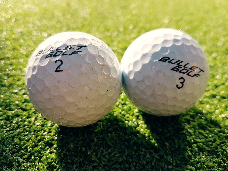 停在草地上的白色高尔夫球高清壁纸大全