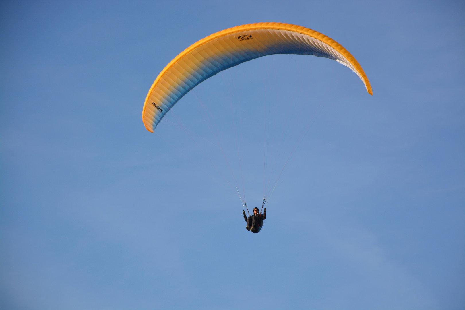 刺激惊险的滑翔伞运动宽屏桌面壁纸